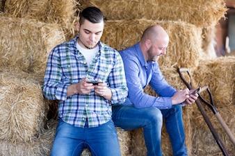 2人のリラックス農家労働者
