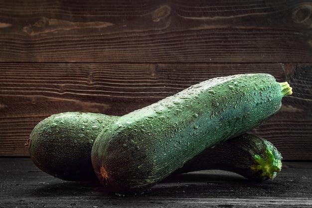 Цуккини 2 шт на темном деревянном столе