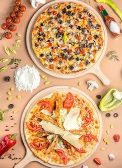 テーブルの上の2つのピザ
