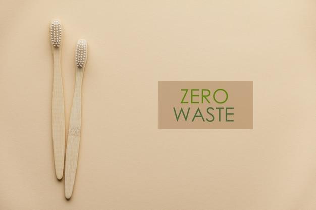 色の背景、フラット横たわっていた、トップビューで2つの自然な木製歯ブラシ