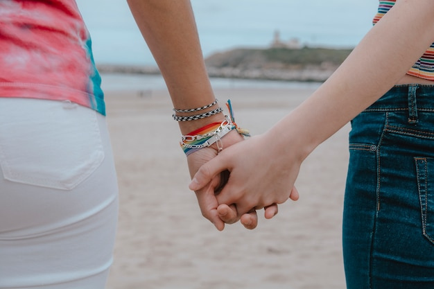 手を繋いでいる2人の女性-画像