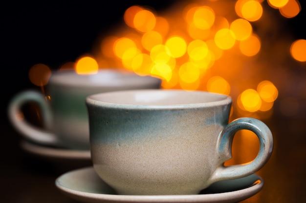 明るい上の2つのセラミックカップ