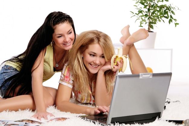 コンピューターで作業して2つの女性モデル