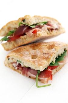 2つのおいしいサンドイッチ