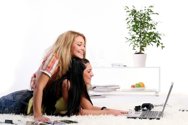 自宅で2人の若い女の子