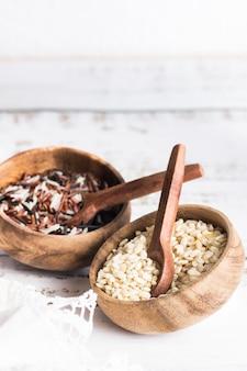 ワイルドライスと玄米の2つの木製ボウル