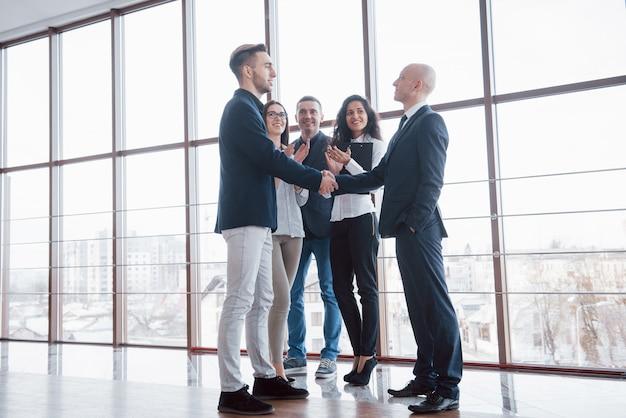 2つの自信を持ってビジネスの男性、オフィスでの会議中に握手、挨拶、パートナーのコンセプト