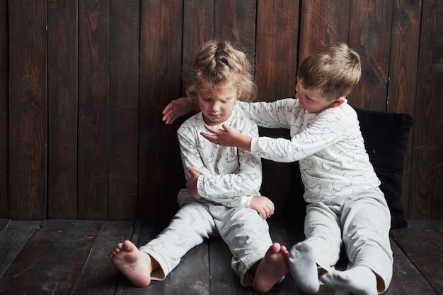 パジャマ姿の兄弟姉妹2人が一緒に遊ぶ