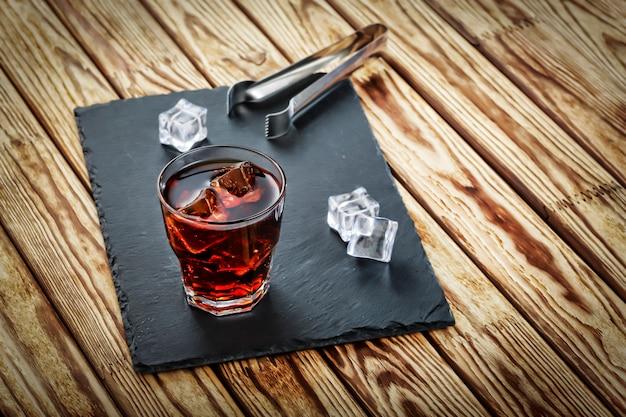 氷と2つのアルコールカクテル。