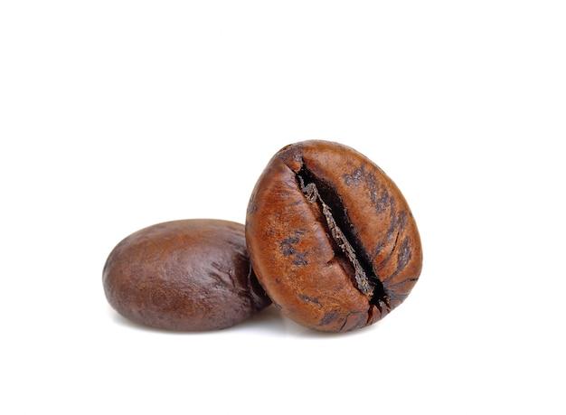 分離された2つのローストコーヒー豆を閉じる
