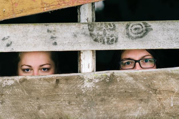 海外のシェルターの肖像画の2人のホームレスの不法避難者の少女。社会問題のコンセプト。女性奴隷。
