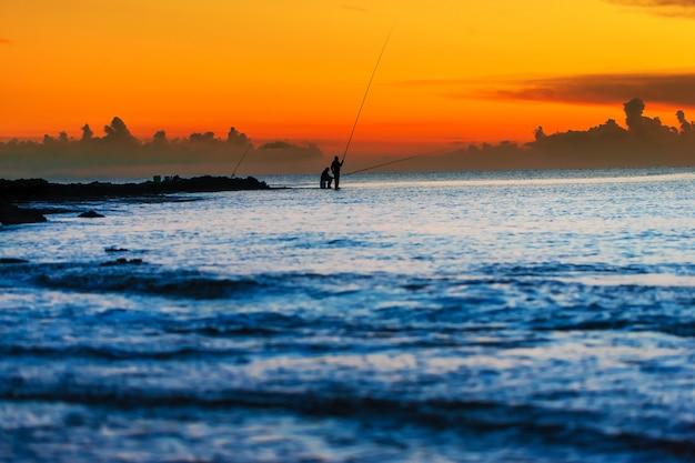 夜明けの2つの漁師