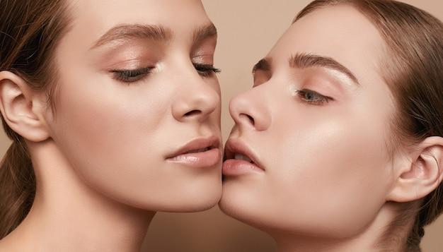 2つの美しい官能的な若い女性がポーズ