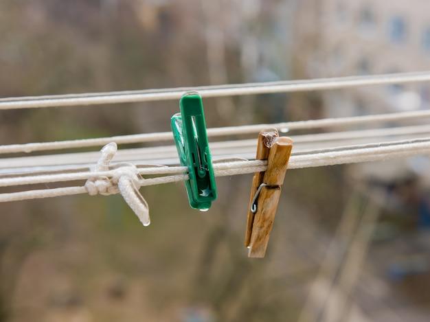 洗濯物の2つの洗濯はさみは氷で覆われています。