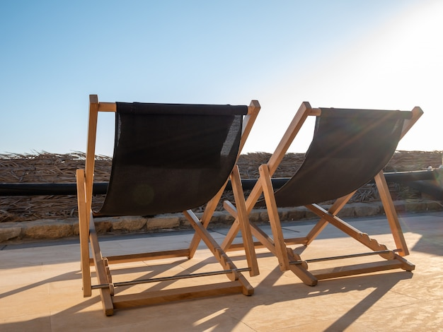 青い空と2つの熱帯のビーチベッド。