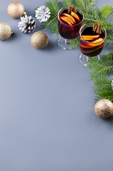 スパイスとスライスしたオレンジのホットグリューワインを2杯。キャンドルとデコレーションでクリスマスの飲み物。上面図