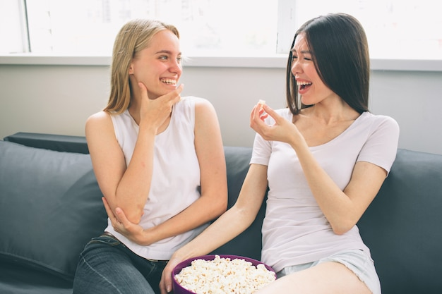 自宅で笑っている2人の女性