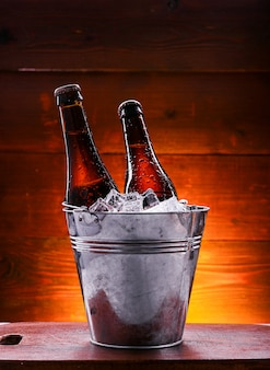 氷のバケツにビール2本