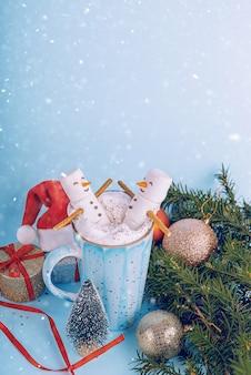 クリスマスホットチョコレートのマグカップで2つのマシュマロ