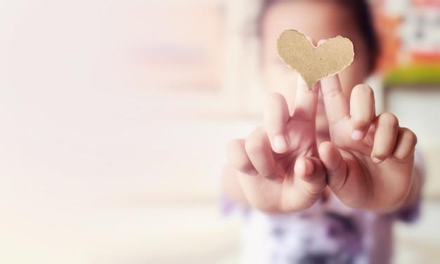 愛、背景の2本の指