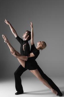 2人の若い現代バレエダンサー
