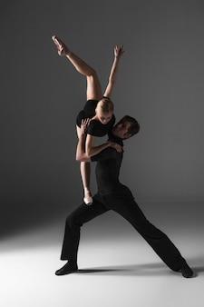 灰色の2つの若い現代バレエダンサー