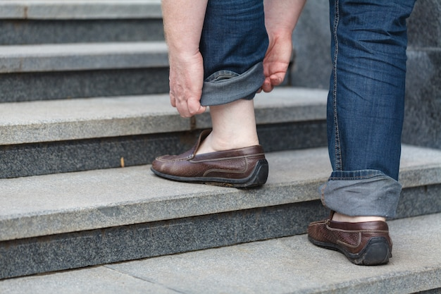2階を歩く:男の革の靴のクローズアップビュー