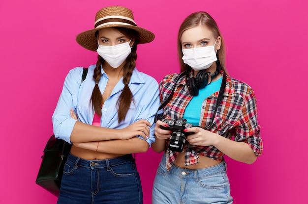 保護マスクを身に着けている2人の旅行者の女性