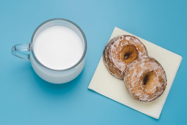 カップのミルクと2つのケーキ