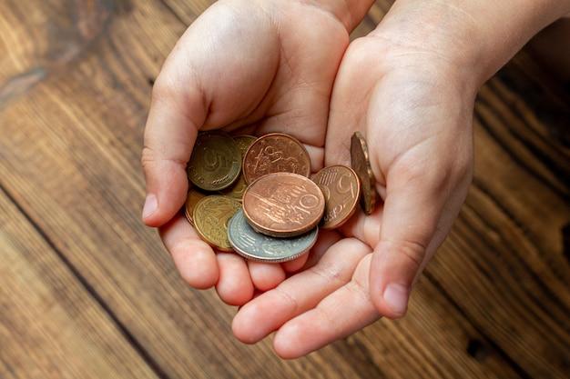手のひらでコインを保持している2つの手。