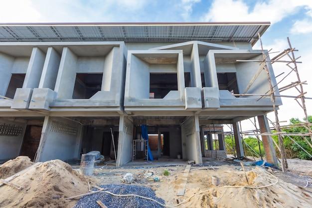 タイでは、2階建ての家が建設中です。モダンな家のデザインです。