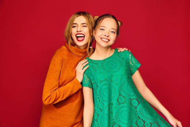 トレンディな服でポーズをとる2人の若い美しい女性
