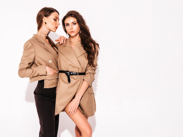 素敵なトレンディな夏の2つの若い美しいブルネットの女の子のスーツの服