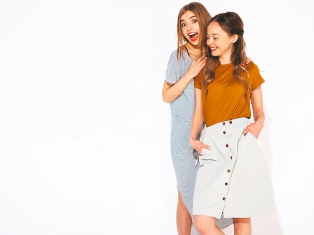 トレンディな夏のカジュアルな服で2人の若い美しい笑顔の女の子。セクシーな屈託のない女性。ポジティブモデル