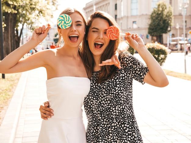 トレンディな夏服で2人の若い美しい笑顔流行に敏感な女の子