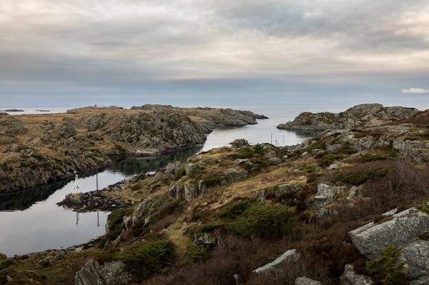 ノルウェーの西海岸にあるハウゲスンのロヴァー諸島の2つの島、ロバールとウルドの間の海峡。