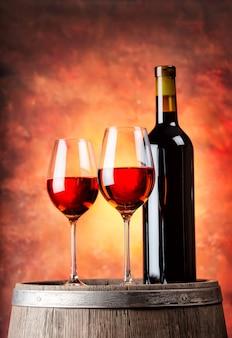 赤ワインと2つのグラスのボトル