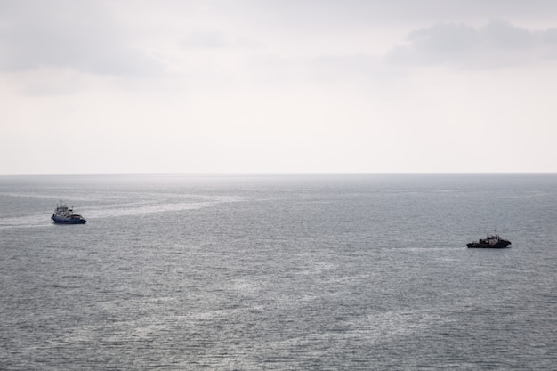 曇りの日に2つのボートが海の異なる方向に航行します。