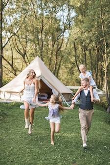 幸せな白人家族、父親の母と2人の小さな娘