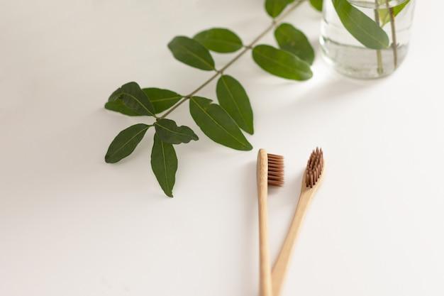 白の2つの生物分解性、堆肥化可能な竹歯ブラシ