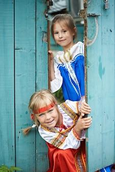 ロシアの民族衣装の2人の女の子