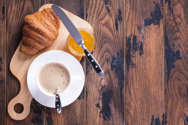 2つのクロワッサンとコーヒー-古典的なフランスの朝食