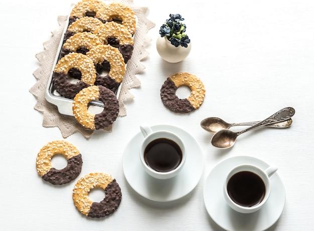 2杯のコーヒーとチョコレートクッキー