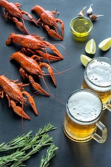 2杯のビールとゆでたザリガニ