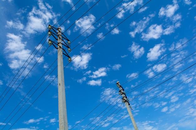 早朝の青い空にワイヤーで2つの柱