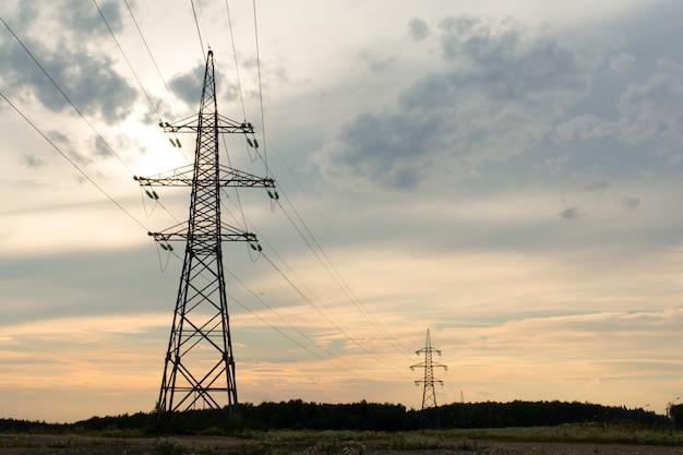 日没の高電圧送電線の2つの塔