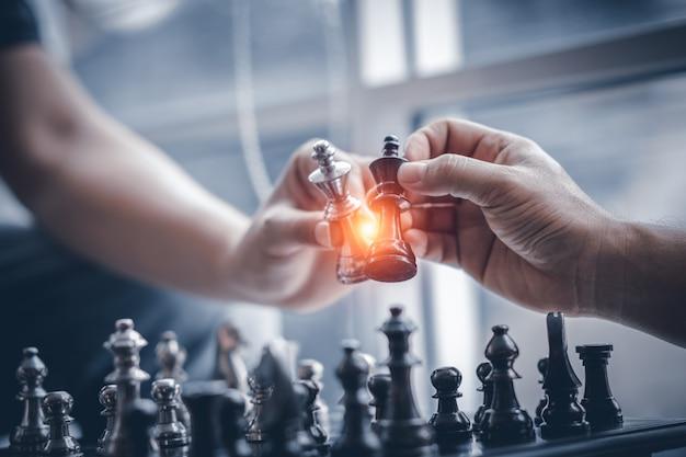 ビジネス競争戦略とビジネス成功の概念。手2人のビジネスマン