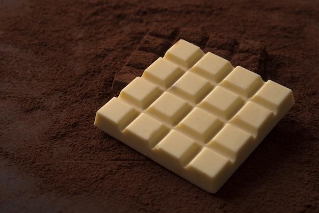 2つの異なる正方形のチョコレートバーのクローズアップ