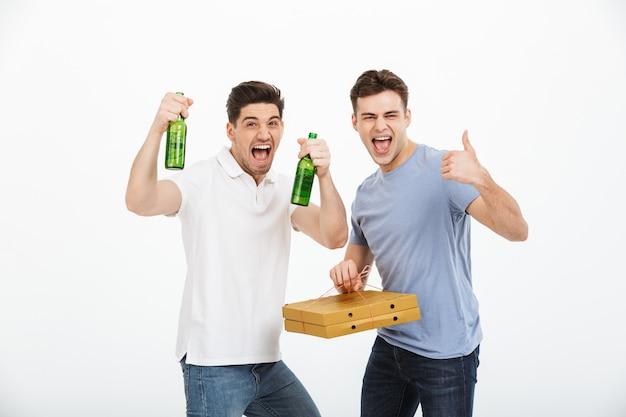 祝う2つの幸せな若い男性の肖像画
