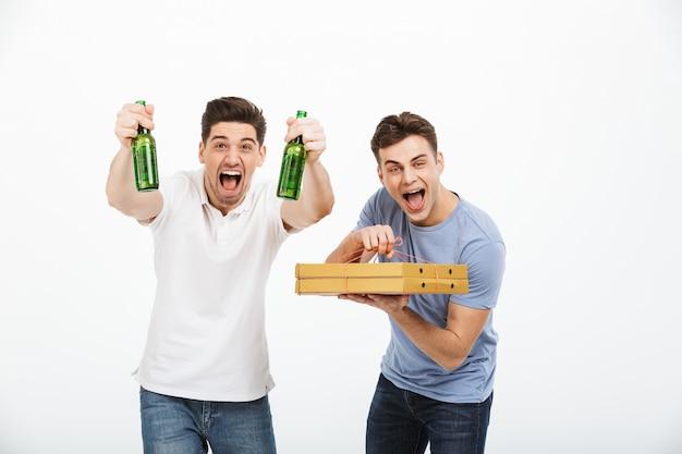 祝う2人の陽気な若い男性の肖像画